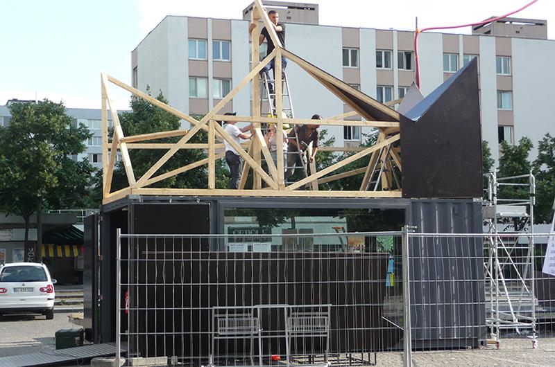 YA+K - yaplusk - Place des fêtes - construction du toit du CAPLA (1)